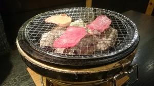牛タンを焼く-炭火七輪焼肉炎屋