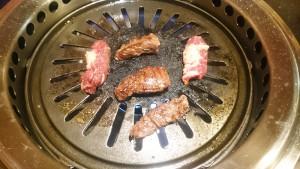 お肉を焼く-焼肉牛亭