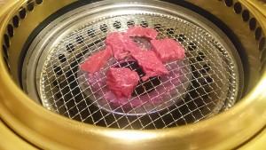 お肉を焼く-焼肉牛角