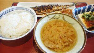 さんまの塩焼き・冷奴・豚汁・めし(中)1-多治見宝町食堂
